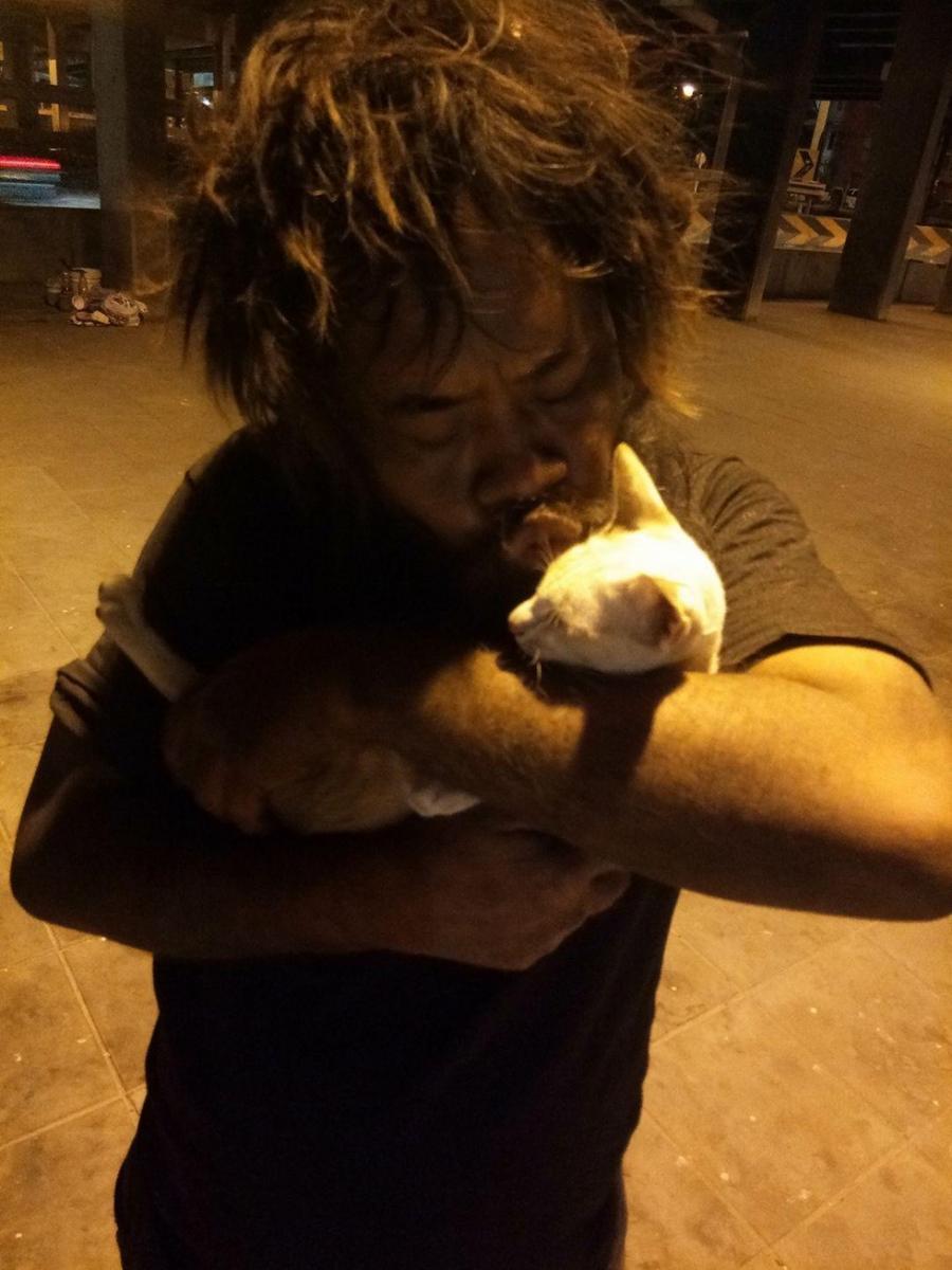 Un sans-abri récolte de l'argent tous les jours pour les chats errants avant de penser à lui