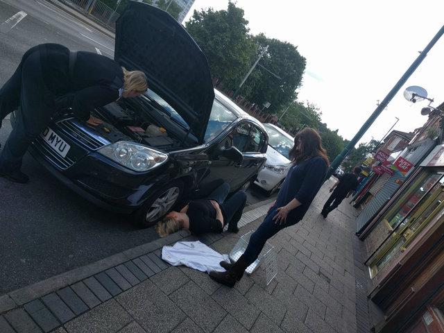 chaton coincé voiture