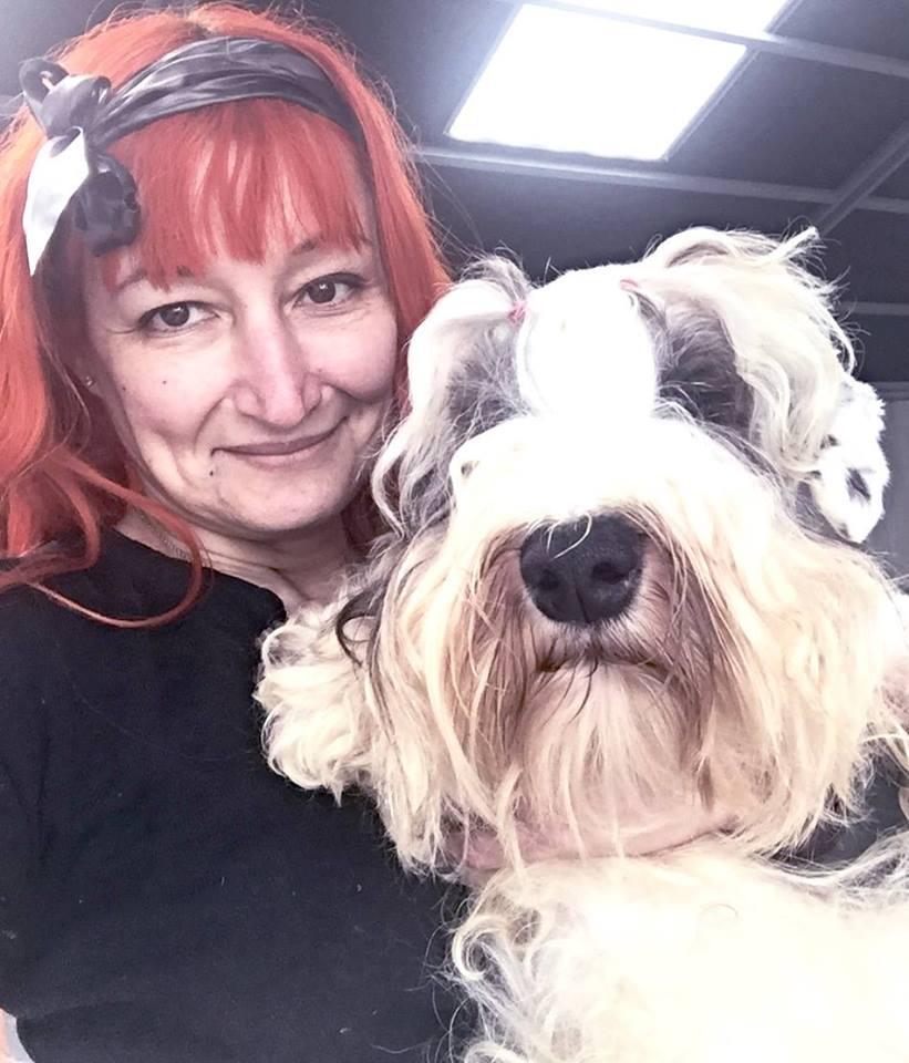 femme épouse chien